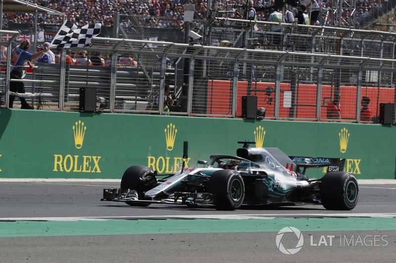 Lewis Hamilton, Mercedes-AMG F1 W09 passe sous le drapeau à damier