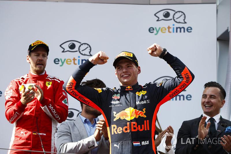 Sebastian Vettel, Ferrari, troisième, applaudit Max Verstappen, Red Bull Racing, vainqueur, sur le podium