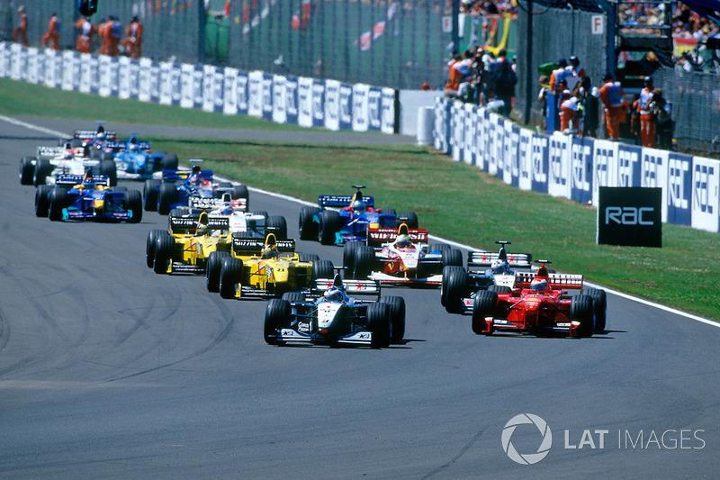 Hakkinen retuvo la ventaja y comenzó a separarse de sus rivales, e Irvine venció a Coulthard en la lucha por el segundo lugar.