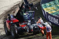 Les commissaires dégagent la voiture de Romain Grosjean, Haas F1 Team VF-18 Ferrari, du circuit