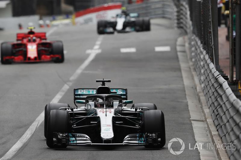 Lewis Hamilton, Mercedes AMG F1 W09, Kimi Raikkonen, Ferrari SF71H y Valtteri Bottas, Mercedes AMG F1 W09