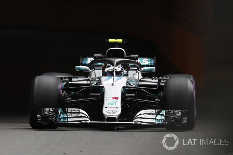 Valtteri Bottas, Mercedes AMG F1 W09, wears a Mika Hakkinen - inspired helmet design in practice