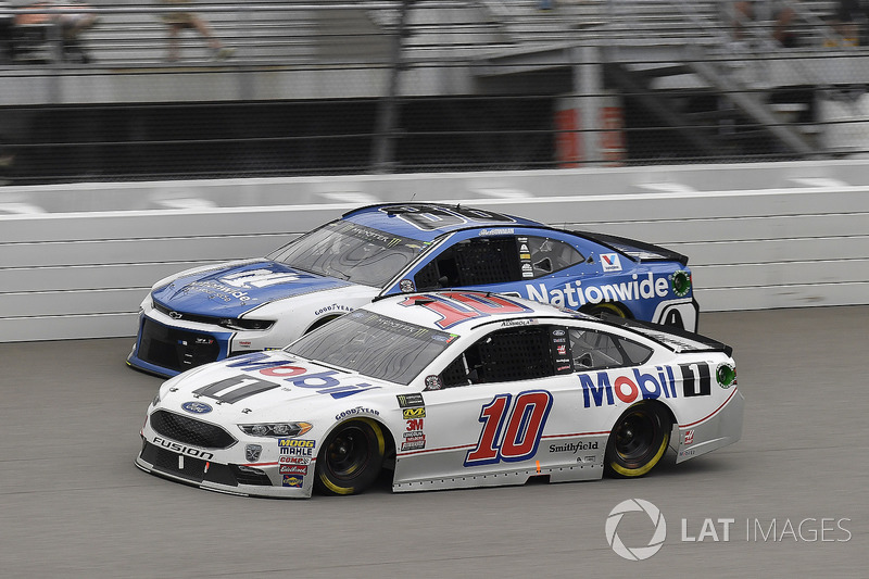 Aric Almirola, Stewart-Haas Racing, Ford Fusion Mobil 1 e Garrett Smithley, StarCom Racing, Chevrolet