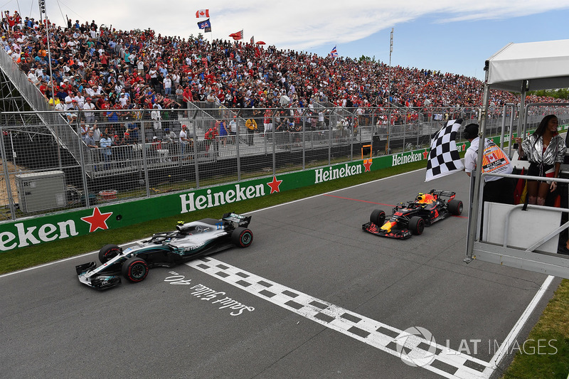 Valtteri Bottas, Mercedes-AMG F1 W09 ve Max Verstappen, Red Bull Racing RB14, damalı bayrağı sallayan Winnnie Harlow