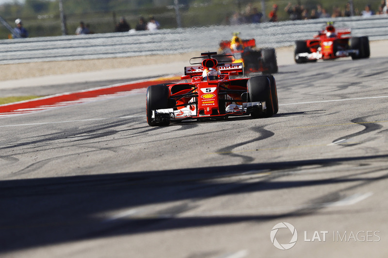 Sebastian Vettel, Ferrari SF70H, cruza la meta por delante deMax Verstappen, Red Bull Racing RB13, Kimi Raikkonen, Ferrari SF70H