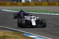 Lance Stroll, Williams FW41, precede Brendon Hartley, Toro Rosso STR13