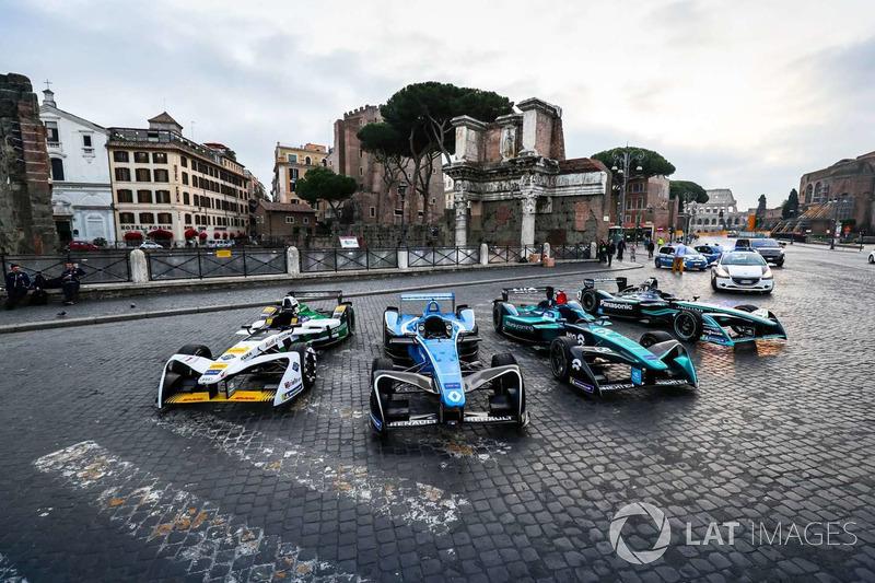 Autos de Fórmula E alineados.