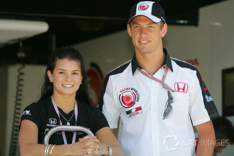 В паддоке присутствовала Даника Патрик, только-только дебютировавшая в IndyCar. В те годы о ней говорили как о потенциальной участнице Формулы 1