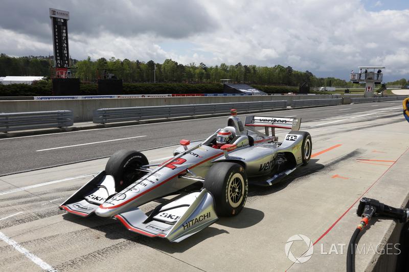 Will Power, Team Penske Chevrolet, ressort des stands après des réparations sur sa voiture