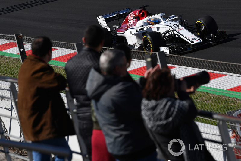 Fans watch Marcus Ericsson, Alfa Romeo Sauber C37