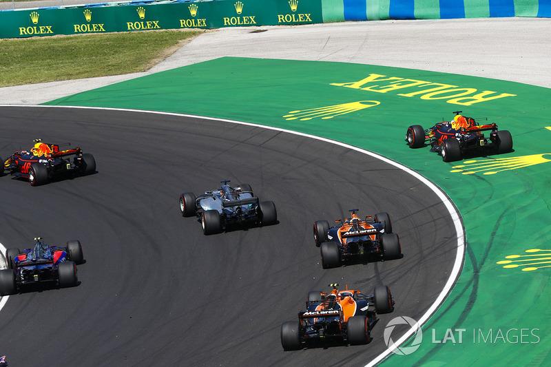 Daniel Ricciardo, Red Bull Racing RB13, sale de la pista tras el contacto de Max Verstappen, Red Bul