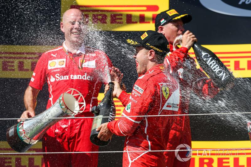 Podio: ganador de la carrera Sebastian Vettel, Ferrari, segundo lugar Kimi Raikkonen, Ferrari, y tercer lugar Valtteri Bottas, Mercedes AMG F1, Jock Clear, Ferrari Ingeniero en jefe