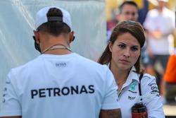 Гонщик Mercedes AMG F1 Льюис Хэмилтон и его пресс-атташе Чарли Роуз