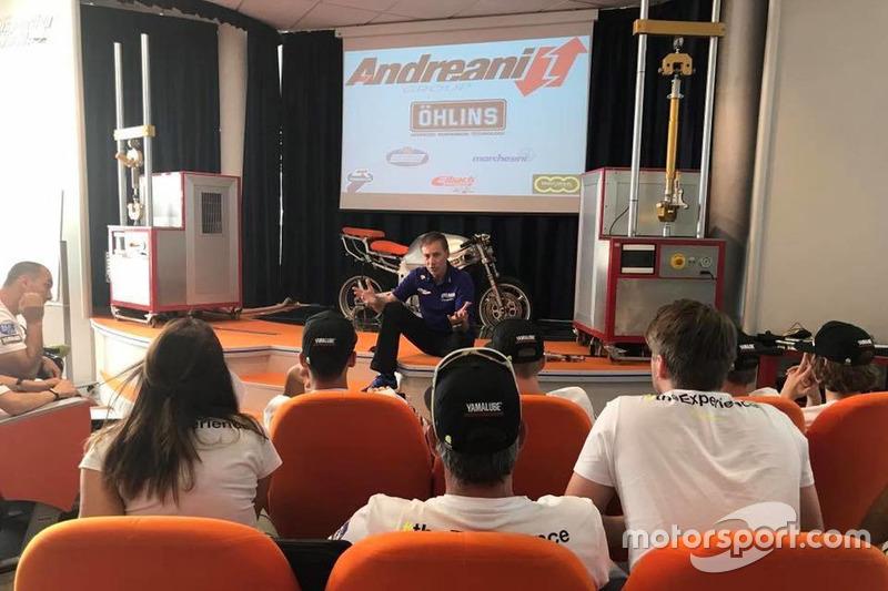 Керуючий директор Yamaha Motor Racing Лін Джарвіс ділиться своїми знаннями у гоночній індустрії з уч