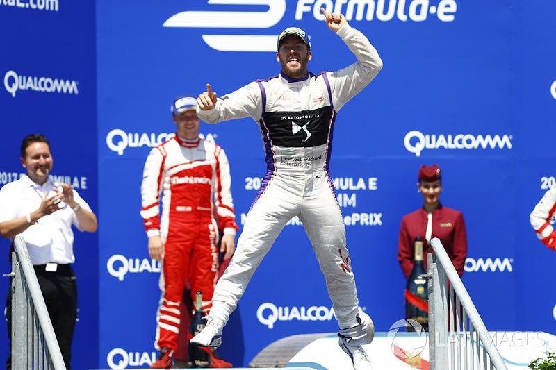 Sam Bird, DS Virgin Racing, celebra en el podio después de ganar la carrera