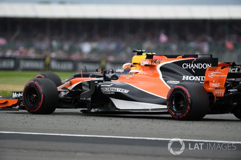 Stoffel Vandoorne, McLaren MCL32 y Daniel Ricciardo, Red Bull Racing RB13 lucha por la posición
