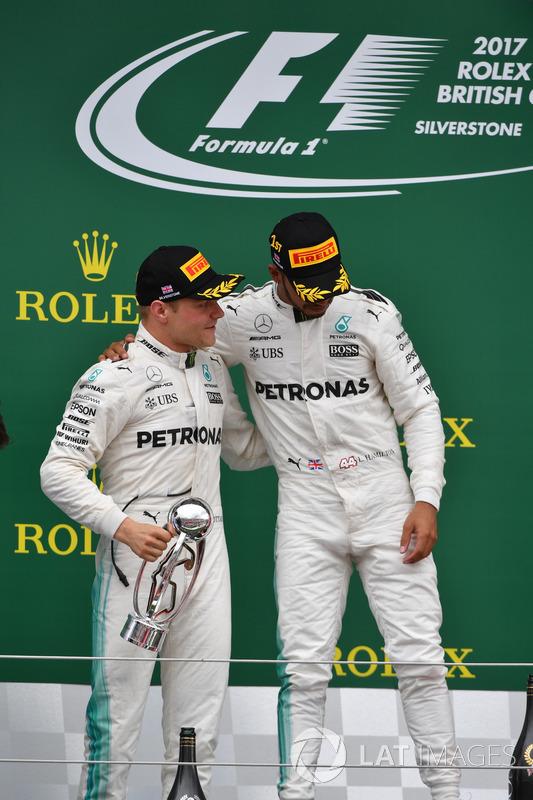 Valtteri Bottas, Mercedes AMG F1 y Lewis Hamilton, Mercedes AMG F1 celebrar en el podio