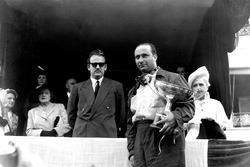 Podium: 1. Juan Manuel Fangio, Alfa Romeo; Fürst Rainier von Monaco