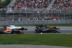 Romain Grosjean, Haas F1 Team VF-17, Jolyon Palmer, Renault Sport F1 Team RS17, Stoffel Vandoorne, McLaren MCL32 and Lewis Hamilton, Mercedes-Benz F1 W08  at the start of the race