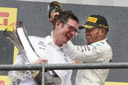 1. Lewis Hamilton, Mercedes AMG F1, mit Andrew Shovlin, Mercedes-Renningenieur