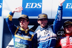 Podio: Ganador de la carrera Damon Hill, Williams Renault, segundo lugar Olivier Panis, Ligier Mugen-Honda, tercer lugar Gianni Morbidelli, Footwork Hart