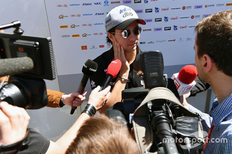 Sergio Perez, Sahara Force India F1, berbicara dengan awak media