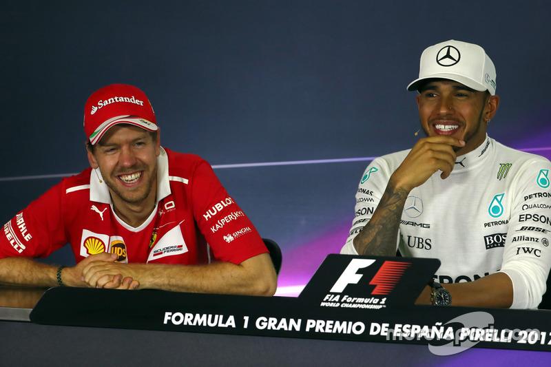 Переможець Льюіс Хемілтон, Mercedes AMG F1, друге місце - Себастьян Феттель, Ferrari, на пресконференції