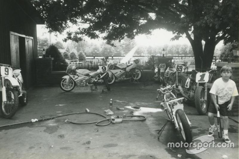 С детства Ники окружали гоночные мотоциклы. Его родители участвовали в гонках на дерт-треках, и поэтому он, вместе с двумя братьями и двумя сестрами, разъезжал по американским трассам для мотокросса.