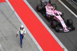 После аварии: гонщик Sauber Антонио Джовинацци и Эстебан Окон, Force India VJM10