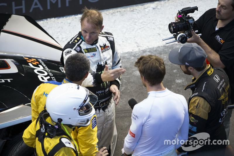 Petter Solberg praat meth Juan Pablo Montoya, Jenson Button en James Hinchcliffe