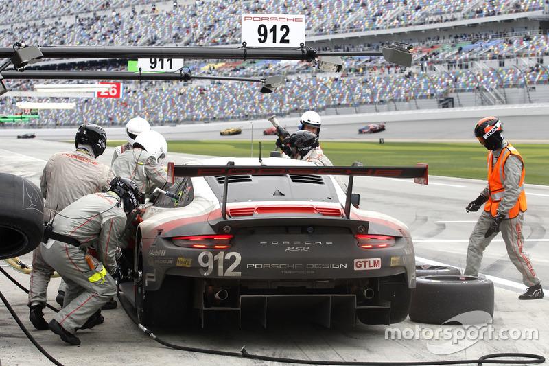 Pitstop; #911 Porsche Team North America Porsche 911 RSR: Patrick Pilet, Dirk Werner, Frédéric Makow