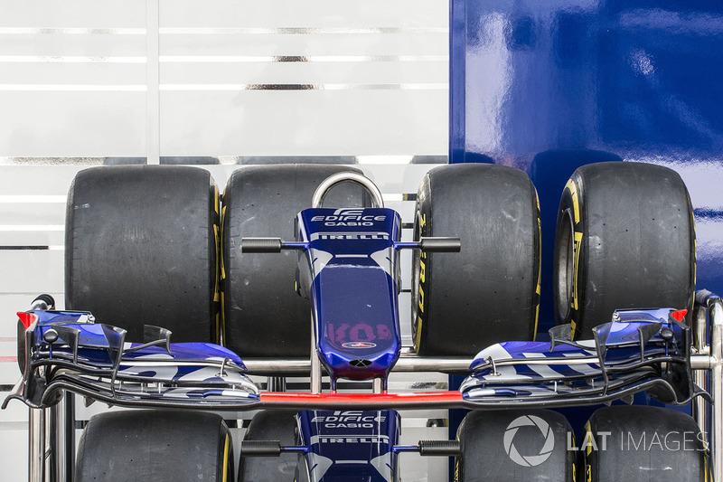 Scuderia Toro Rosso STR12 nariz y el ala delantera