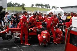 Механики Ferrari работают с автомобилем SF70H Кими Райкконена