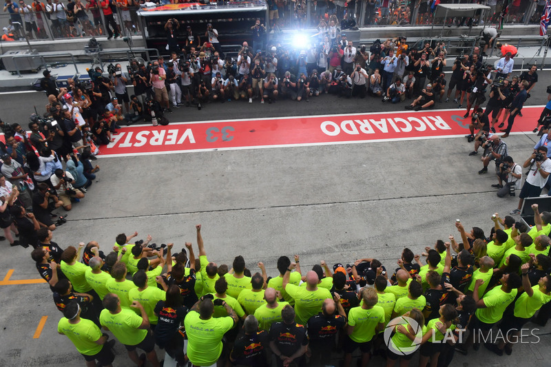 Race winner Max Verstappen, Red Bull Racing and Daniel Ricciardo, Red Bull Racing celebrate, with the team