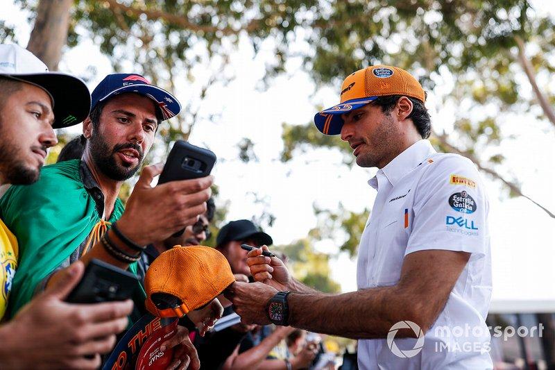 Carlos Sainz Jr., McLaren firma autógrafos para los aficionados