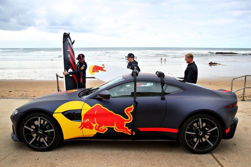 Max Verstappen, Red Bull Racing y Pierre Gasly, Red Bull Racing se preparan para ir a surfear con la leyenda del surf Mick Fanning