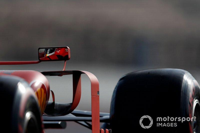 Il riflesso di Sebastian Vettel, Ferrari SF90, nello specchietto della sua monoposto