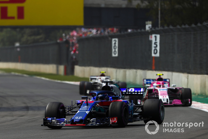 Brendon Hartley, Toro Rosso STR13, leads Esteban Ocon, Racing Point Force India VJM11, and Charles Leclerc, Sauber C37