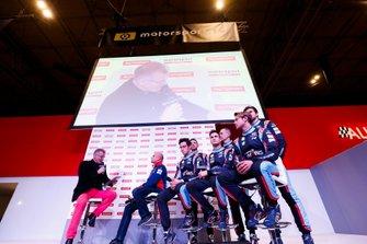 El equipo Hyundai WRC habla con Colin Clarken el escenario de Autosport