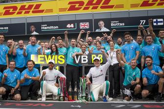 Lewis Hamilton, Mercedes AMG F1 celebrates with Valtteri Bottas, Mercedes AMG F1 and the team