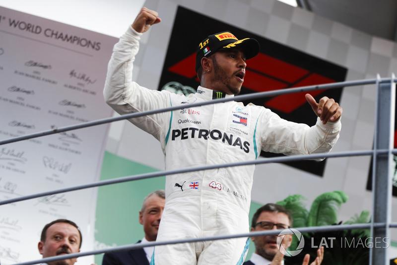Le vainqueur Lewis Hamilton, Mercedes AMG F1, fête sa victoire sur le podium