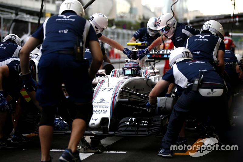 Valtteri Bottas, Williams FW38, en los boxes durante la práctica