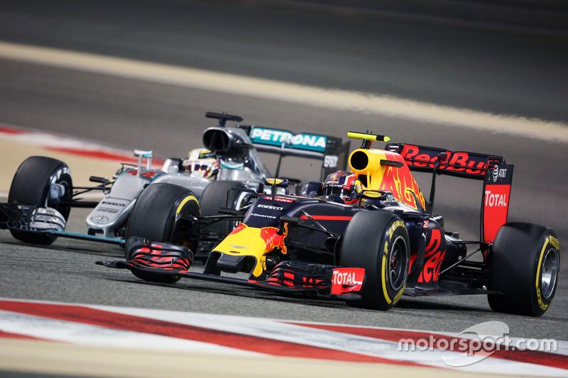 Daniil Kvyat, Red Bull Racing RB12 y Lewis Hamilton, Batalla del Mercedes AMG F1 W07 híbrido para la posición