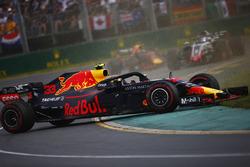 Max Verstappen, Red Bull Racing RB14 Tag Heuer, gira en ferente de Romain Grosjean, Haas F1 Team VF-18 Ferrari