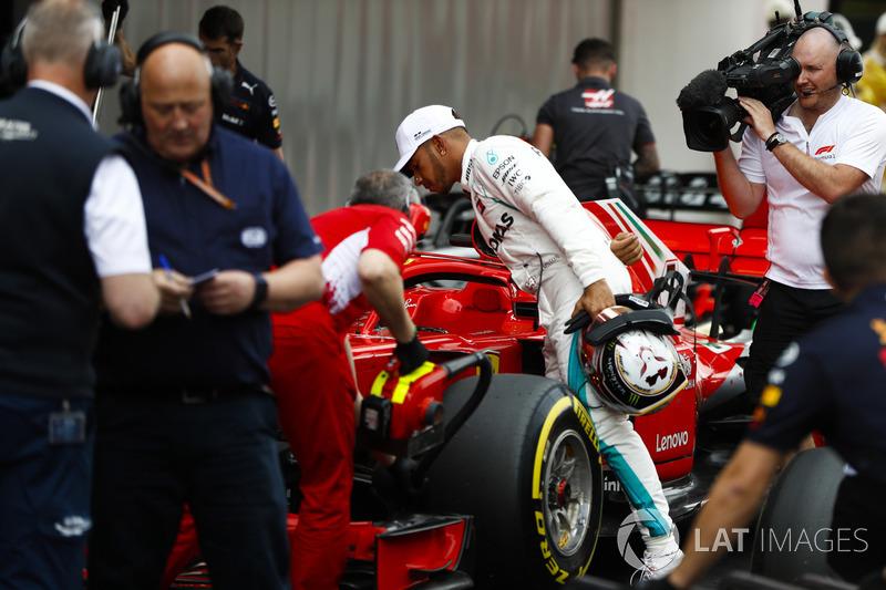Antes das fotos oficiais, Hamilton dá uma espiadinha no carro de Vettel.