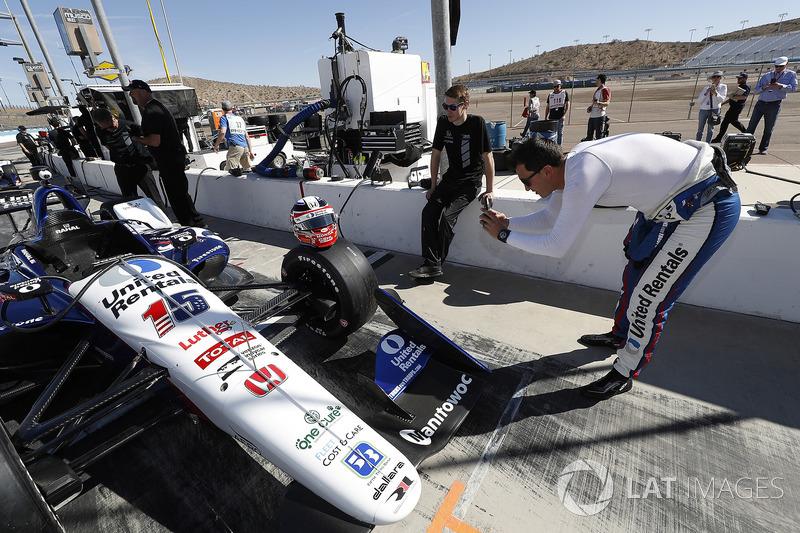 Graham Rahal, Rahal Letterman Lanigan Racing Honda, toma foto de su casco