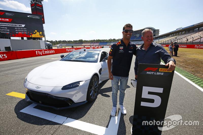 Daniel Ricciardo, Red Bull Racing, y Martin Brundle posan con un Aston Martin DB11