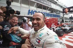 Le vainqueur Lewis Hamilton, Mercedes AMG F1, fête sa victoire dans le parc fermé