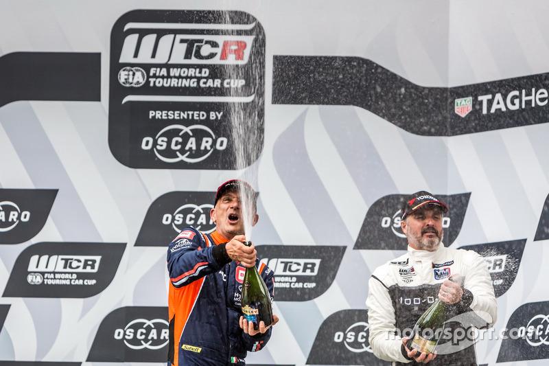 Podio: il vincitore della gara Gabriele Tarquini, BRC Racing Team Hyundai i30 N TCR, il terzo classificato Yvan Muller, YMR Hyundai i30 N TCR
