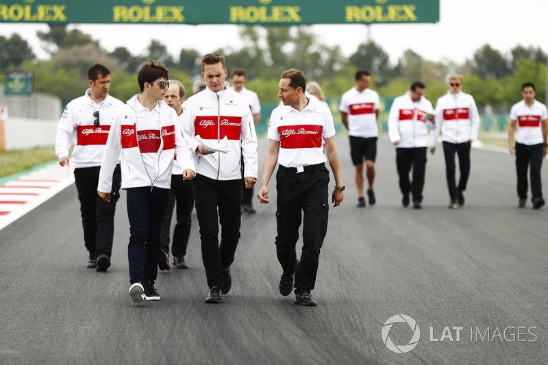 Charles Leclerc, Sauber, cammina lungo il circuito con i colleghi, incluso Marcus Ericsson, Sauber